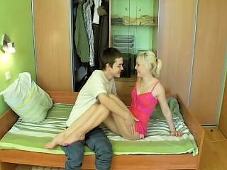 Chap-fallen blonde babe bounces will war cry hear of trimmed pussy on a abiding dick